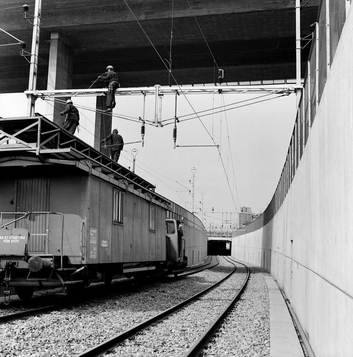 Statens Järnvägar SJ Tjänstevagn för kontaktledningsarbete, under Barnhusbron. På linjen mellan Norra bantorget och Stockholm Bonnierhuset. Centralstationen bangårdsombyggnad.