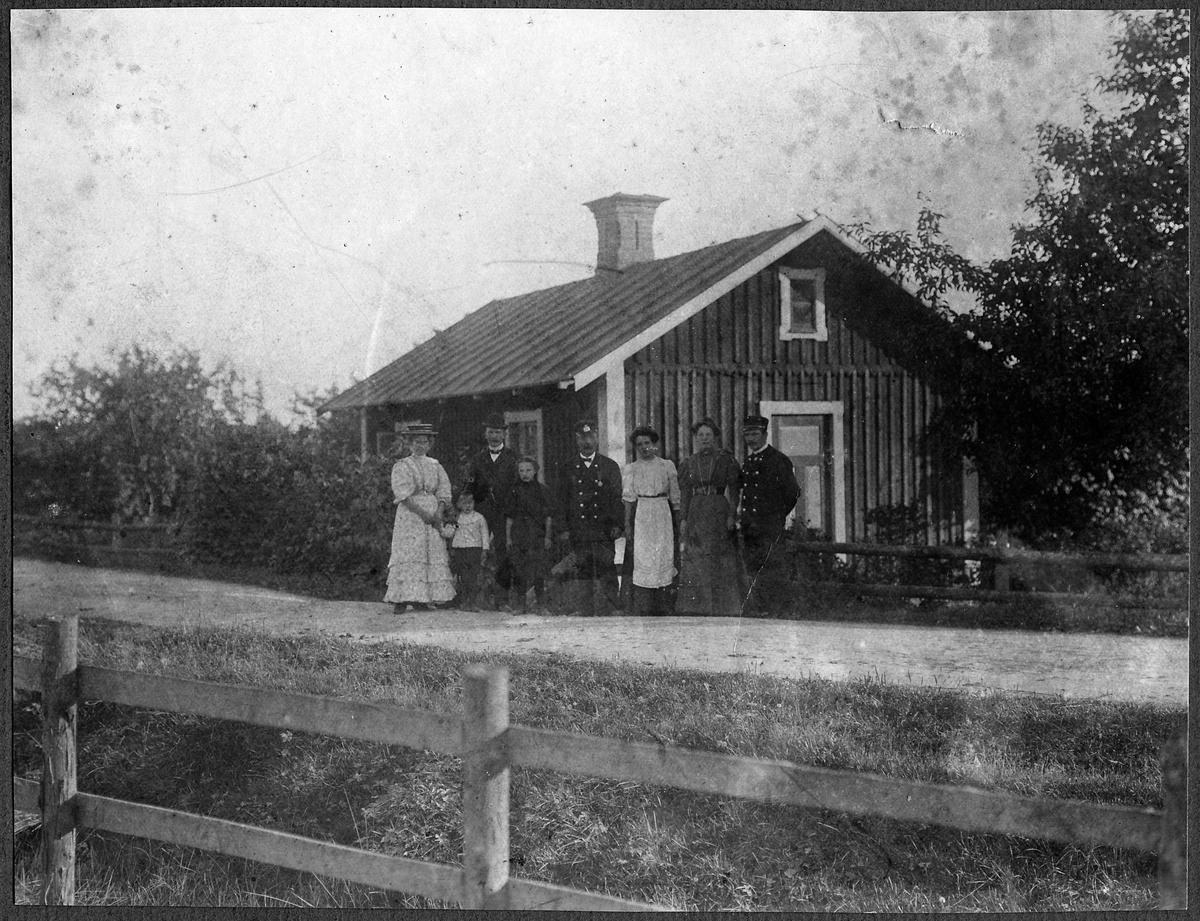 """""""Banvakt Pettersson utanför banvaktstugan i Hjortekrog, på sträckan mellan Hjortekrog och Mommehål."""