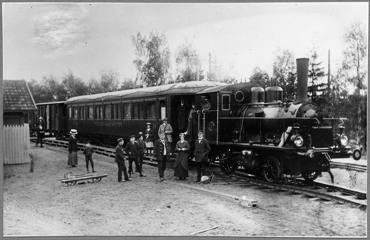 Mjölby - Hästholmens Järnväg, MHJ lok 2 med persontåg.