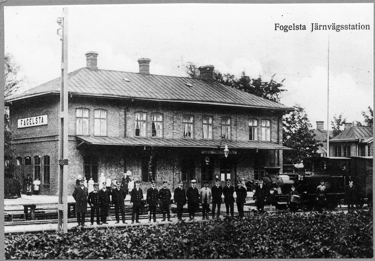 """Personal vid Fågelsta station. Fågelsta-Vadstena-Ödeshögs Järnväg, FVÖJ lok 1 """"Ettan""""."""