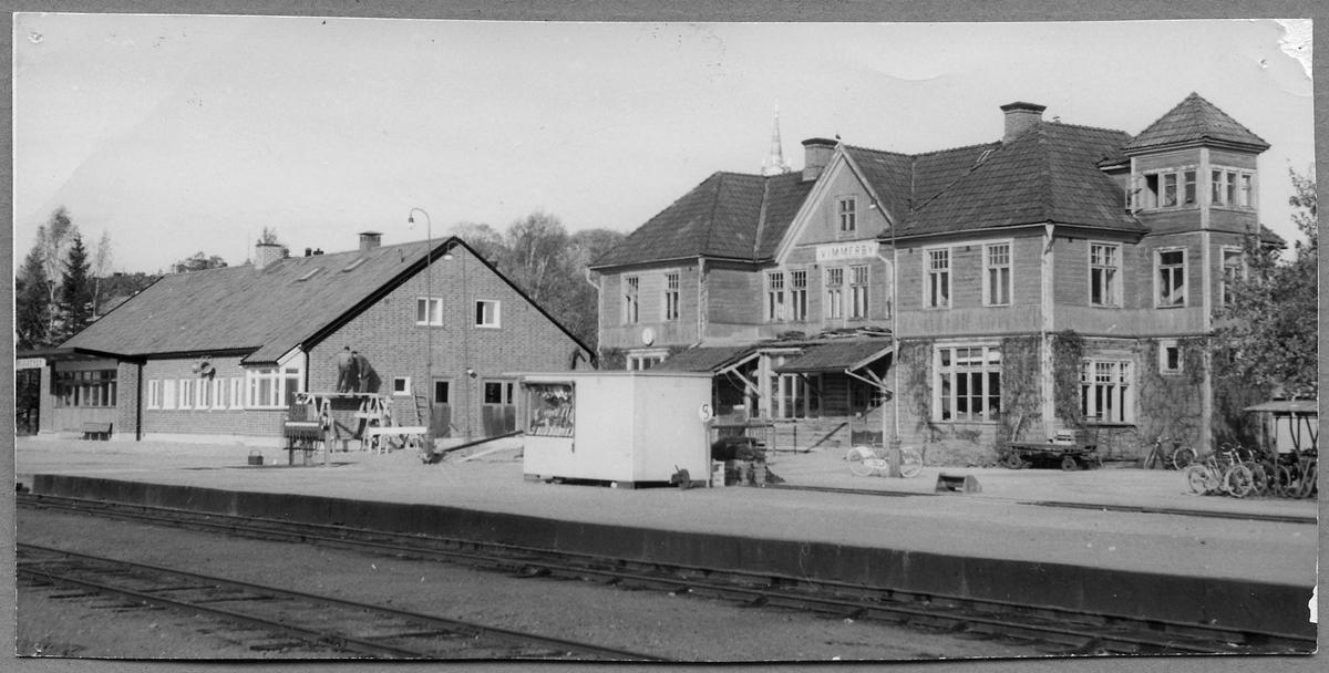 Vimmerby station, med nya stationhuset till vänster under byggnation samt det gamla stationshuset till höger.