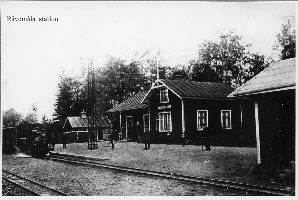 Nättraby - Alnaryd - Älmeboda Järnväg, NAEJ lok 2 med tåg ankommer Rävemåla station.