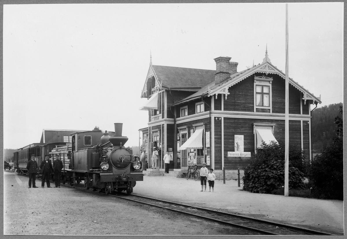 Norra Hälsinglands Järnväg, NHJ lok 3 med blandat tåg vid Bergsjö station.