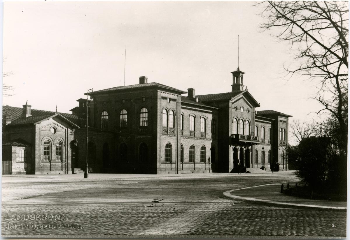 Stationshuset byggt 1865 av L&HJ Stationshusets arkitekt: C Adelsköld. Station av 1:a klassen .Stationen hade banhall 1865 till ca. 1940. K-märkt 1986. Tvåvånings stationshus i tegel. 1942 blev lokalerna omändrade och moderniserade. Elektrisk växelförregling .