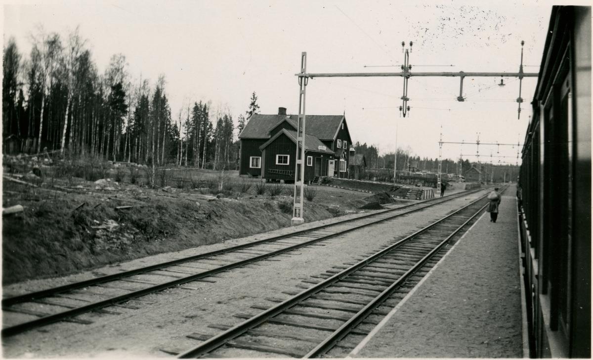 Trafikplats anlagd 1899. Ny byggnad uppfördes 1917 och har sedan moderniserat. Järnvägen elektrifierades 1934.