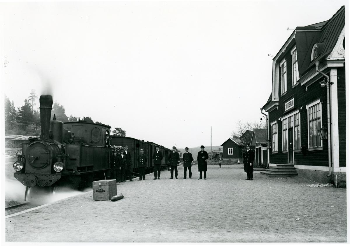 Växjö-Åseda-Hultsfreds Järnväg (VÅHJ) med  lok VÅHJ S3p 5, vid Virserums station, någon gång på 1920-talet.