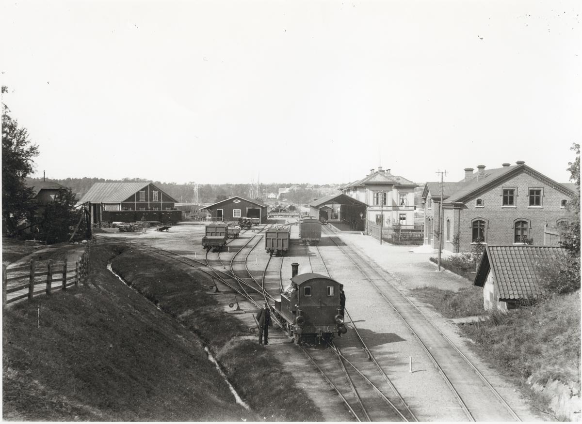 """Vänersborgs station, efter breddning av spårvidd till normalspår. Loket är Uddevalla - Vänersborg - Herrljunga Järnväg, UVHJ lok 1 """"Trollhättan"""", med personal."""