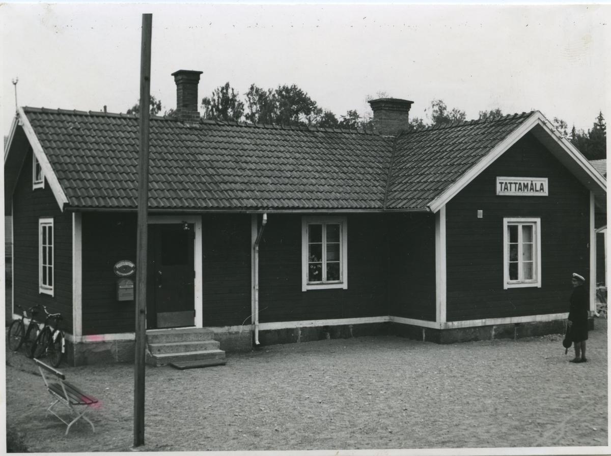 Tattamåla hållplats. Bredåkra - Tingsryds Järnväg, BTJ. Kvinnlig personal.