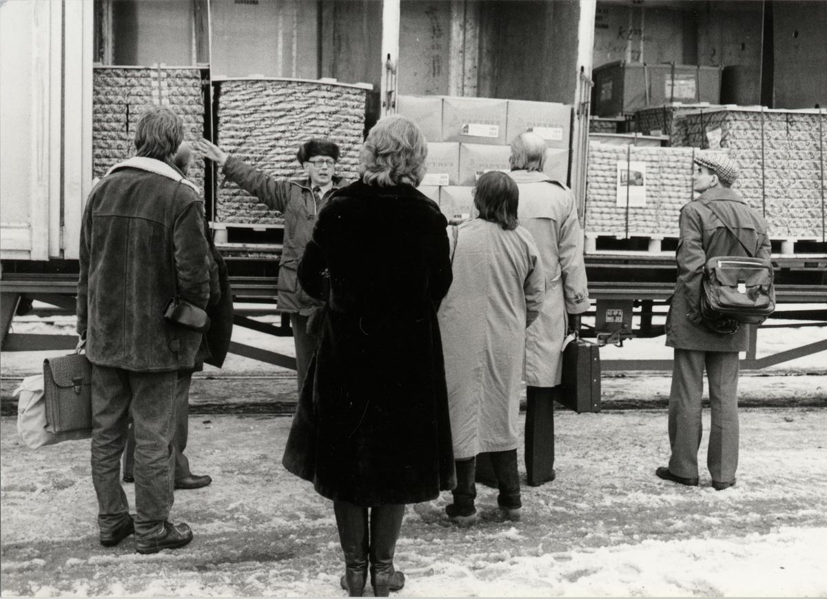 Skansenterminalen. Gösta Hårdstedt demonstrerar vagnstyp Hg, med öppningsbara sidor, för en grupp deltagare.