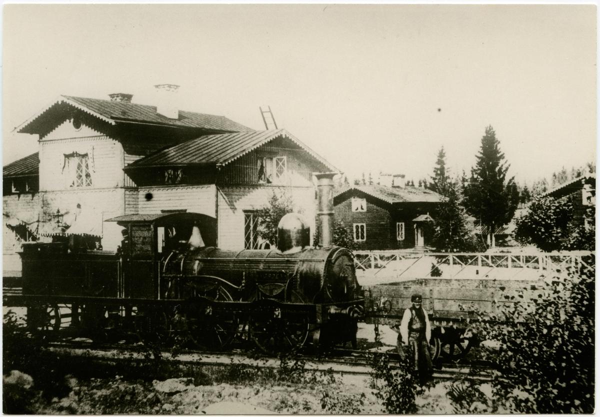 """Gävle - Dala Järnväg, GDJ lok 4 """"Norden"""". Mannen framför loket är Stationskarl Olof  Walström."""