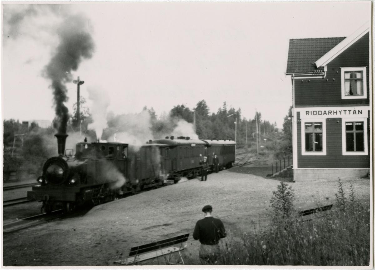 Köping Uttersbergs Riddarhyttans Järnväg, KURJ Lok 9 på avgång från Riddarhytte station