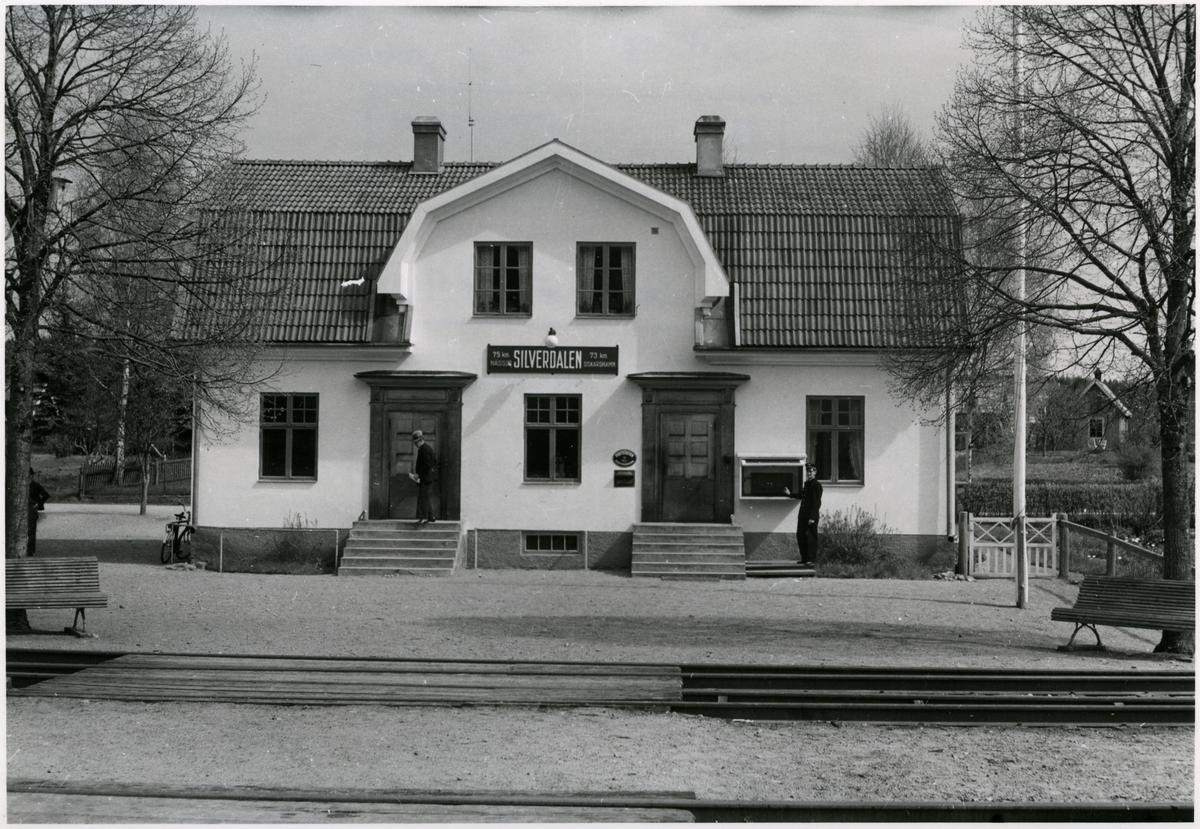 Stationshuset i Silverdalen från spårsidan.