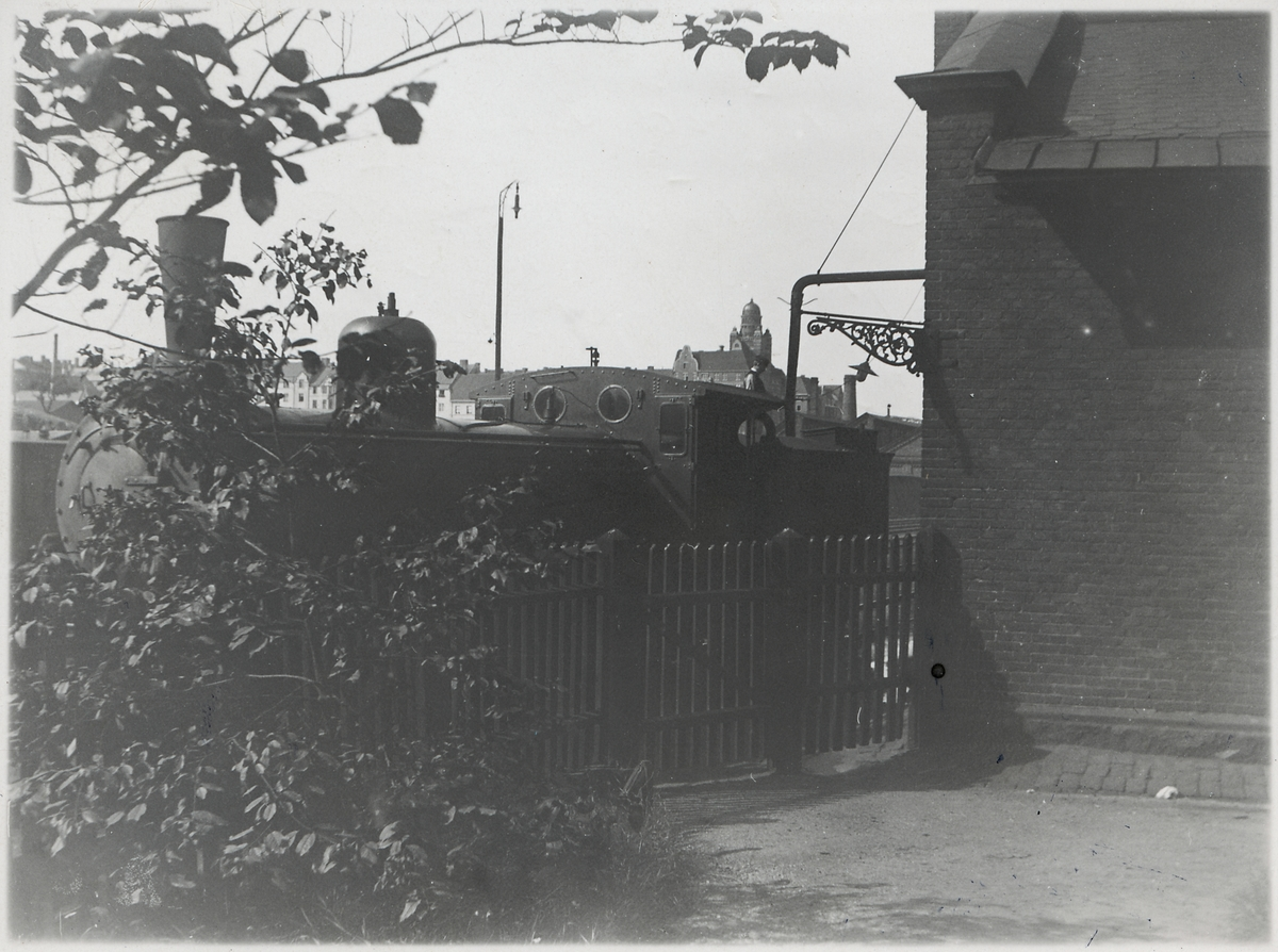 Lokstallet vid Stockholm Norra. Backen ner mot stallet, från Torsgatan. Statens Järnvägar SJ Cc 617. Lokföraren Lars på ingående till stallet, hade kommit från Krylbo med 24 eller 102:an.