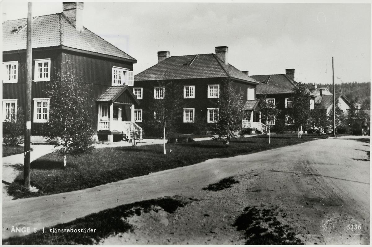 Dessa hus är tjänstebostäder som ägdes av Statens Järnvägar, SJ i Ånge.