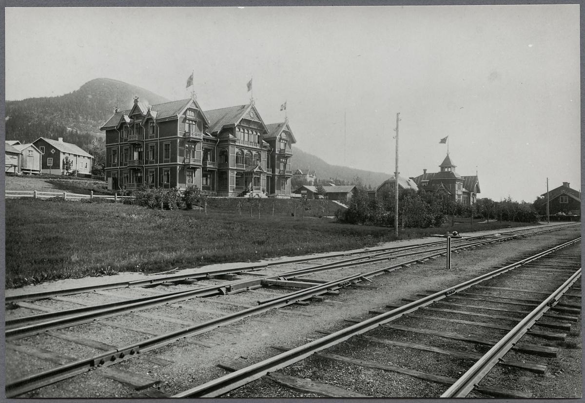 Åre station. Byggnaden till vänster är Grand Hotel sedermera kallat gamla Grand Hotel. Till höger syns Järnvägsrestaurangen.