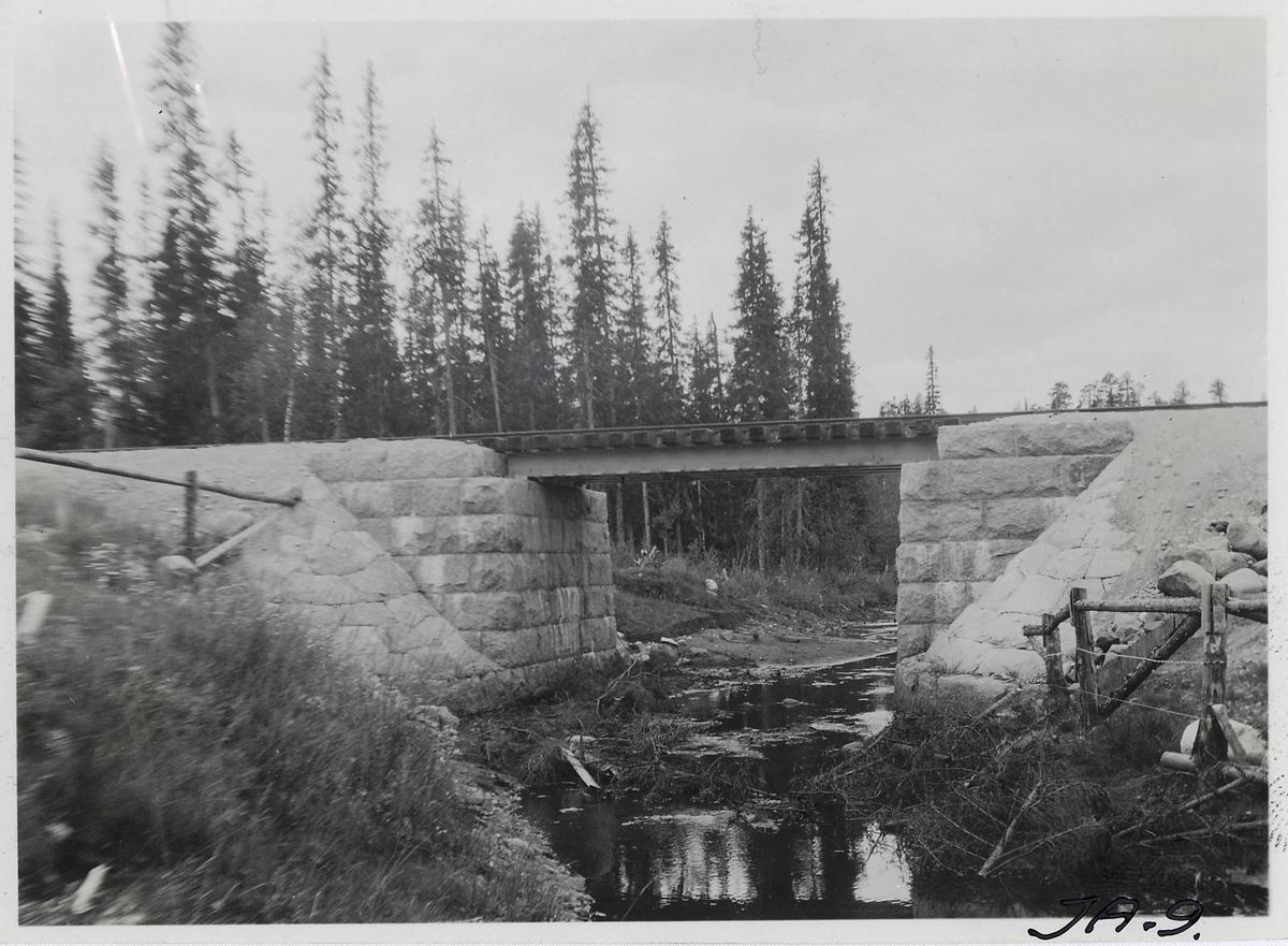 Bro över Saltbäcken på linjen mellan Jörn och Arvidsjaur, nära Björkholmen.