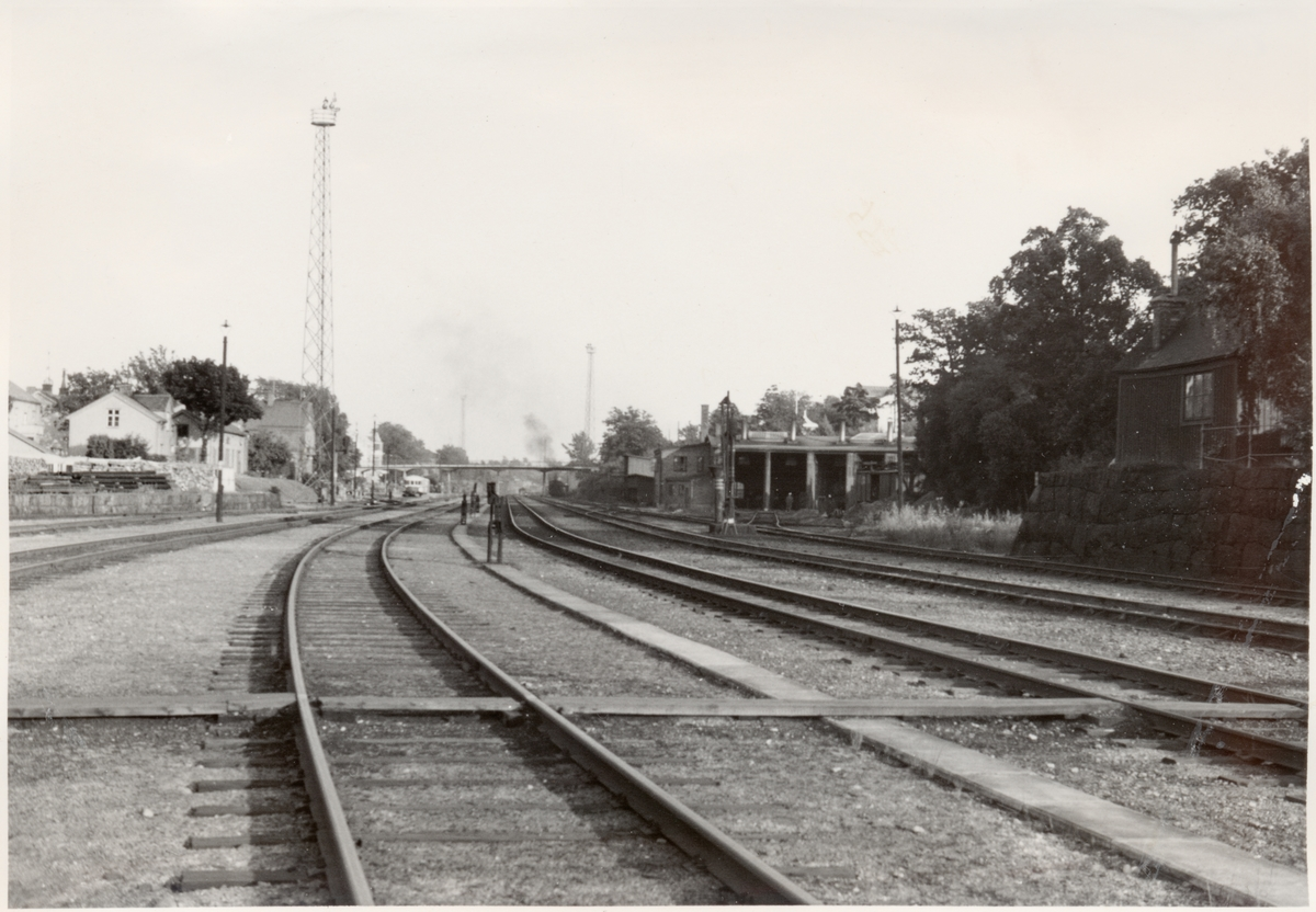 Rälsbuss vid stationen, och lokstall till höger. Stationen öppnad 1877 01 01.