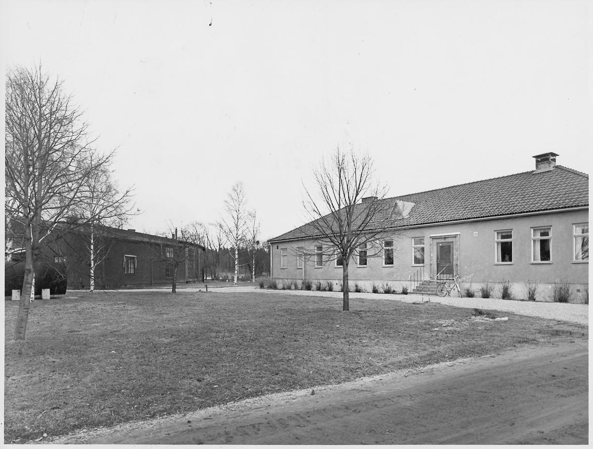 Lokstall OKB, Ostkustbanan till vänster. Till höger personalbyggnad med omklädningsrum och dusch.