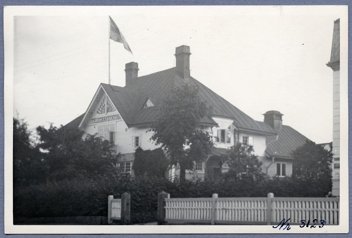 Nässjö telegrafstation. Träbyggnad i vitt och gult.