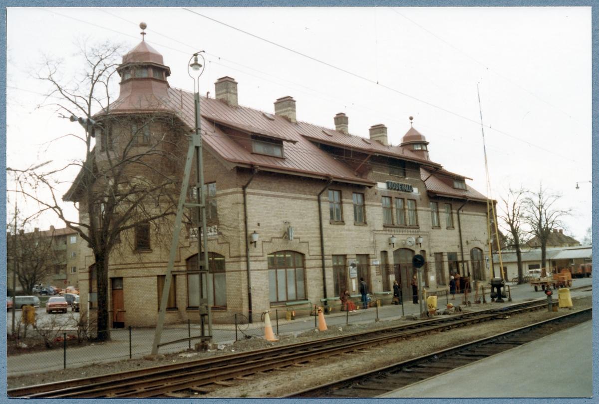 Stationshus sett från plattformen.