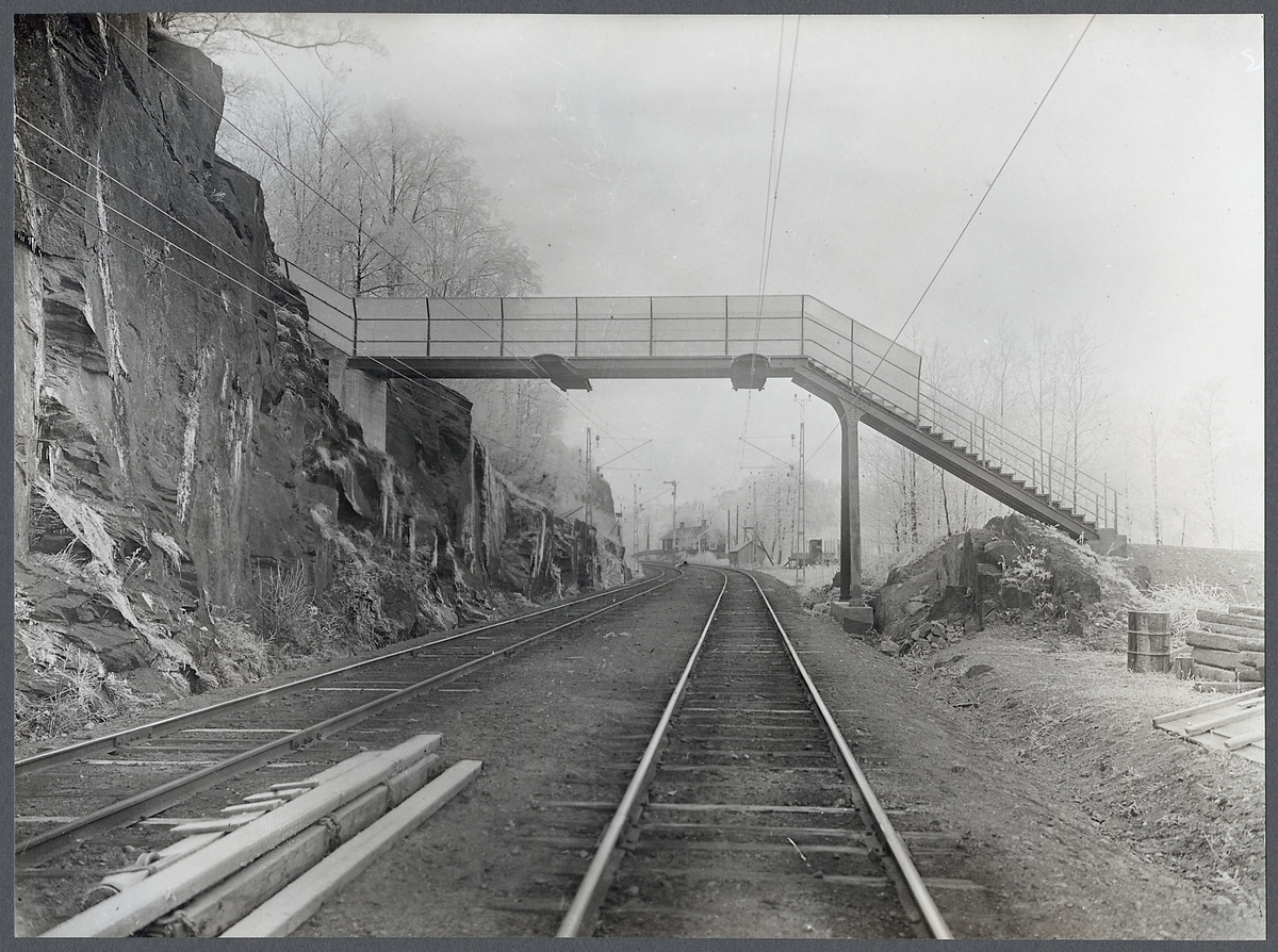 Gångbron vid Stålebo. Gångbro på linjen mellan Jonsered och Lerum.