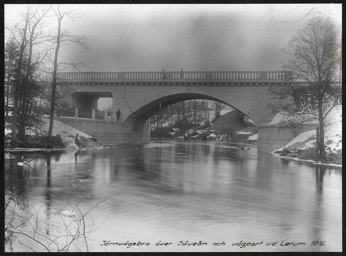 Järnvägsbro och vägport  över Säveån vid Lerum 1916.