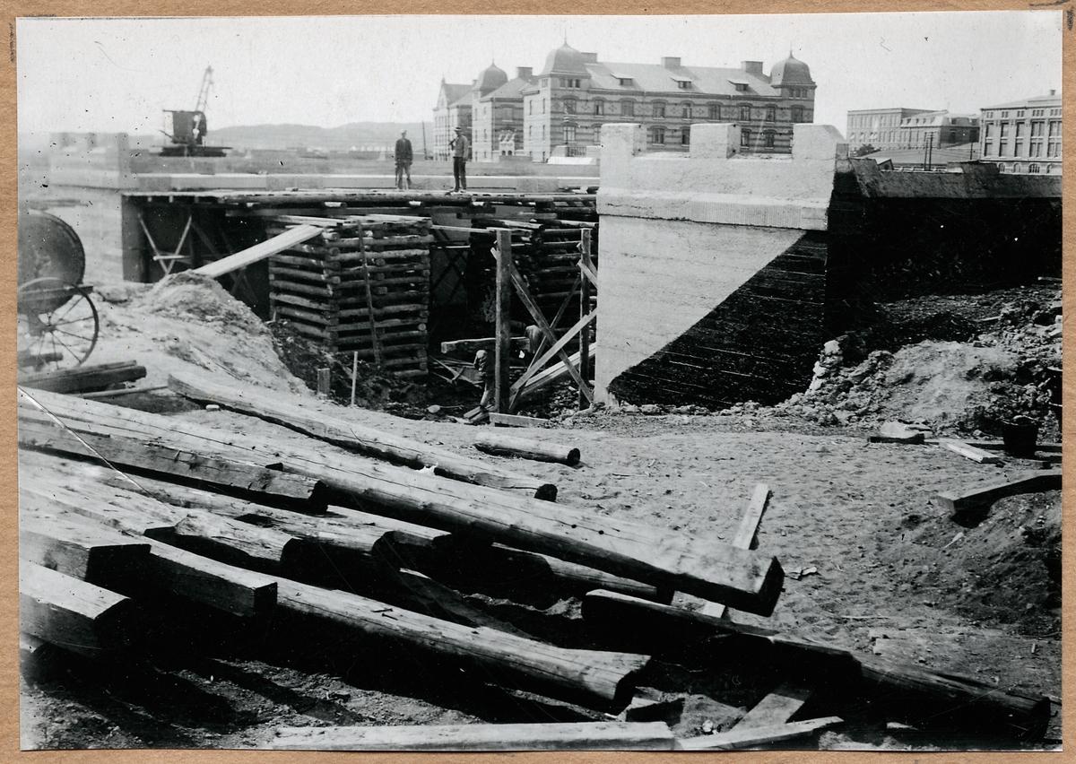 Pallning för överbyggnadens montering för vägporten på Ånäsvägen i Göteborg 20/6 1920.