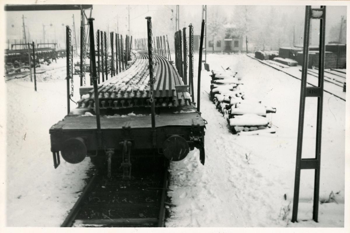 Godsvagnstransport av räler.