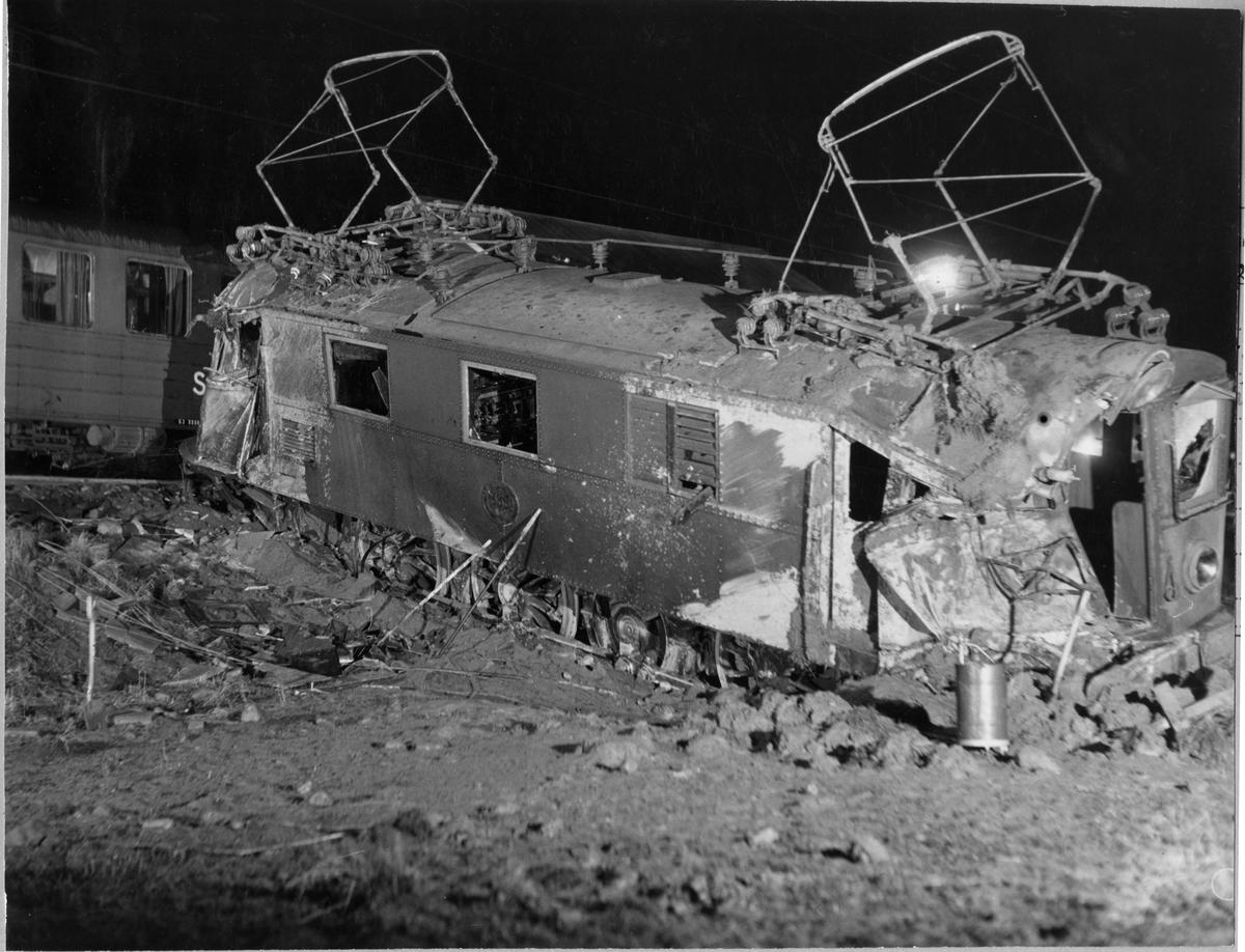 Statens Järnvägar, SJ D 335.  Ellok efter tågolycka med vagn i bakgrunden.