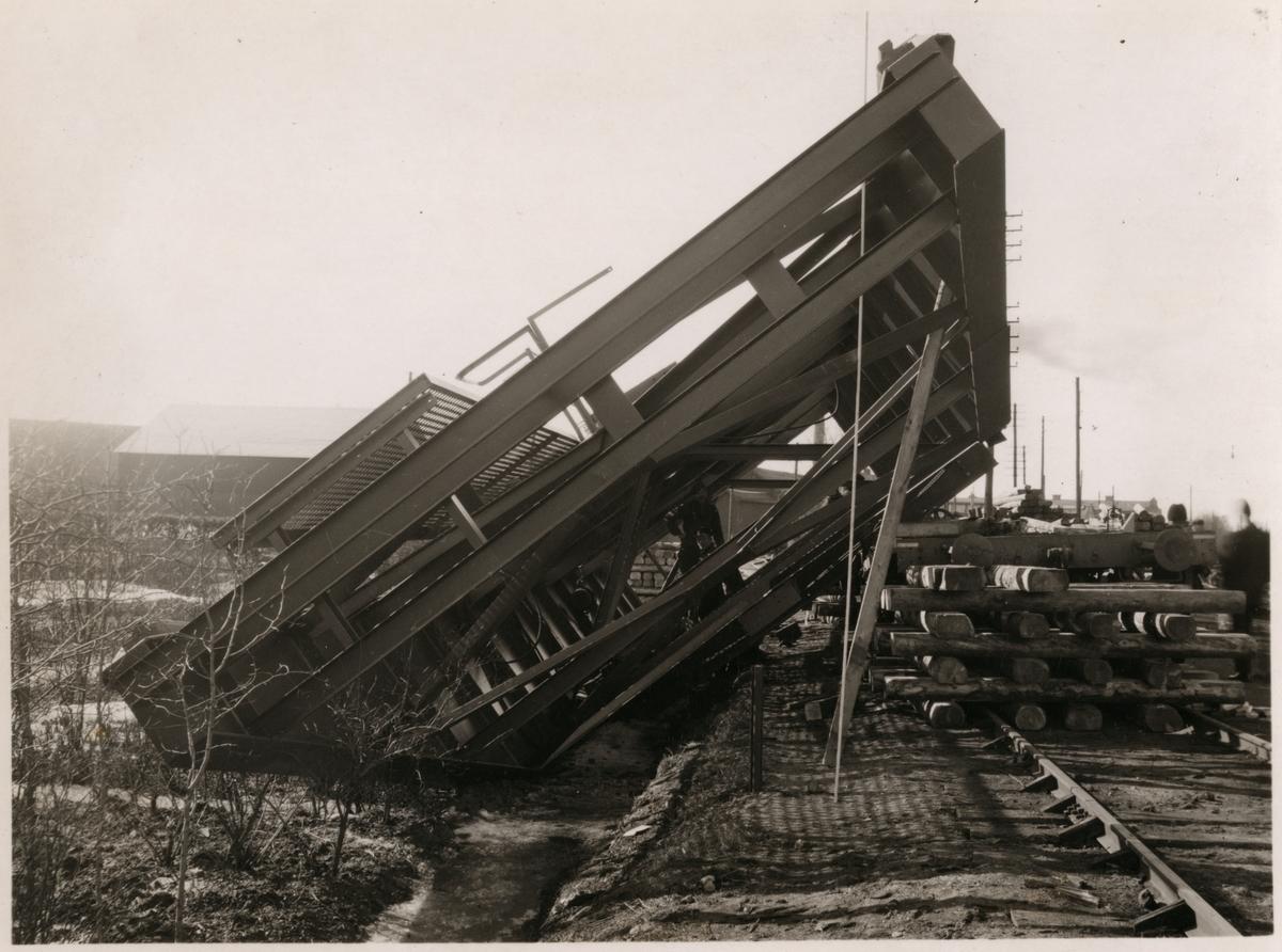 Kranbrygga har vält vid transport mellan Aseas mekaniska verkstad och Västerås bangård april 1937.