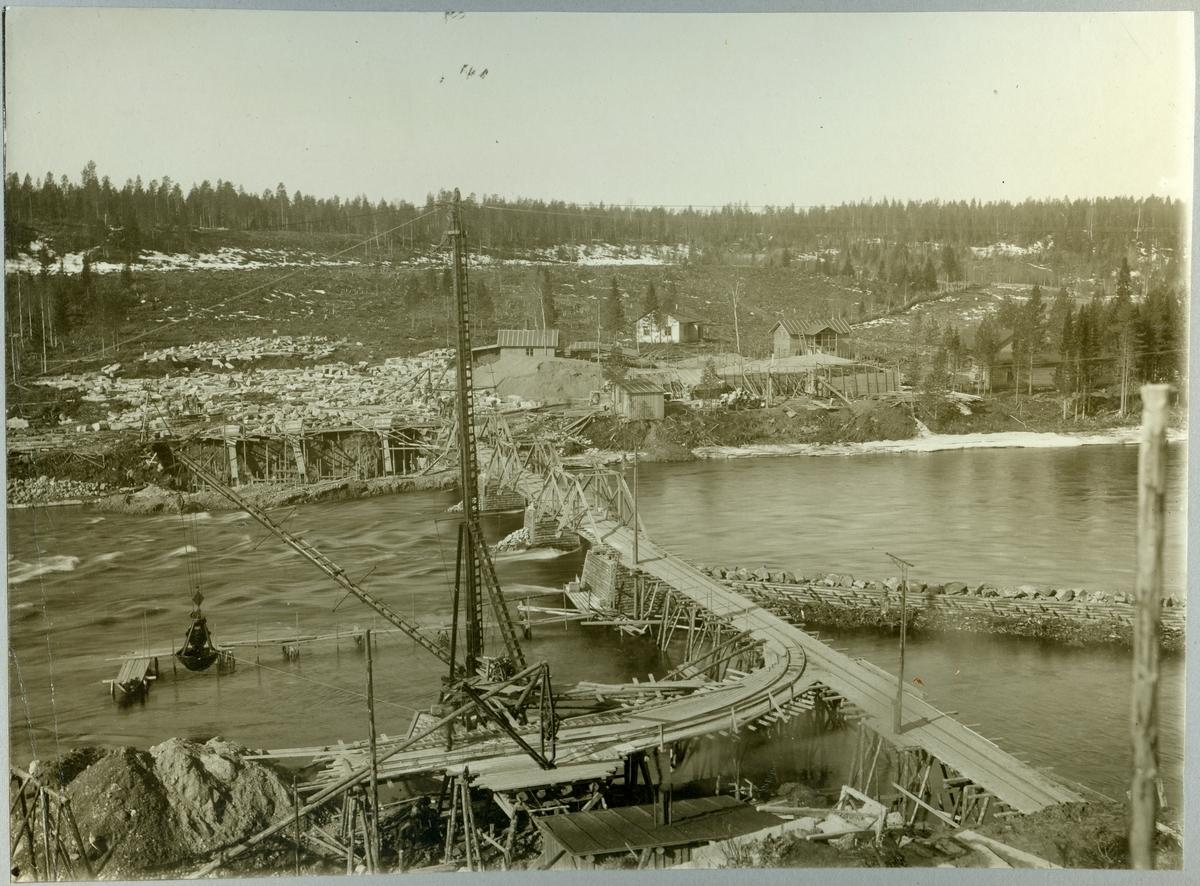 Slind. Statens Järnvägar, SJ. Brobygget över Skellefte älv i april 1910.