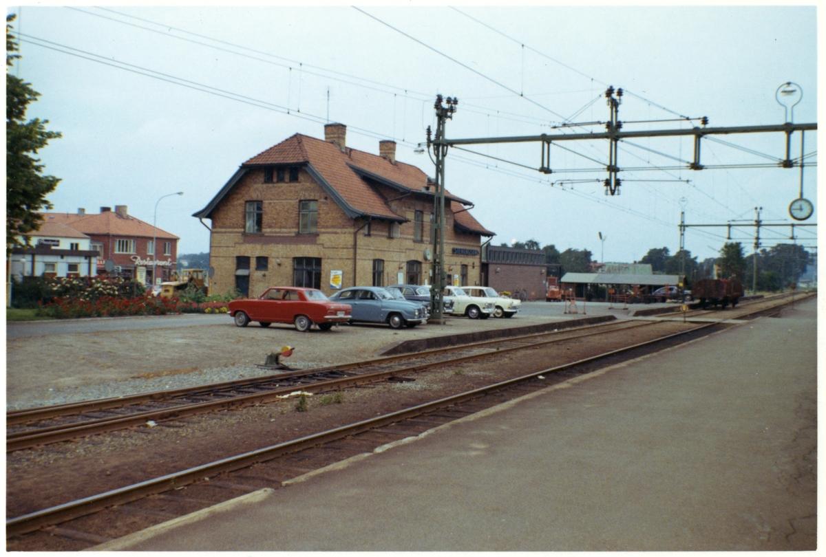 Station anlagd 1905. Stationshuset i två våningar i sten, renoverad på 1930-talet. På gatusidan syns en traktor och en restaurang.