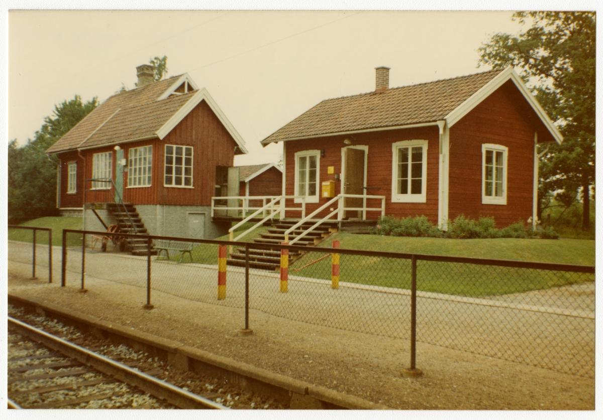 Bergslagernas Järnvägar, BJ, Trafikplats anlagd 1902. Envånings stationshus i trä. Bangården utökades 1920. Mekanisk växelförregling. Ställverksbyggnad invid stationshuset.