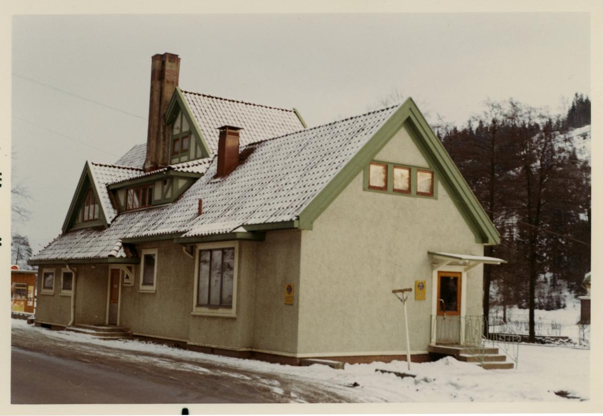 Stationshuset byggdes 1893.Det nya stationshuset är ritat av arkitekt Yngve Rasmussen från Göteborg.