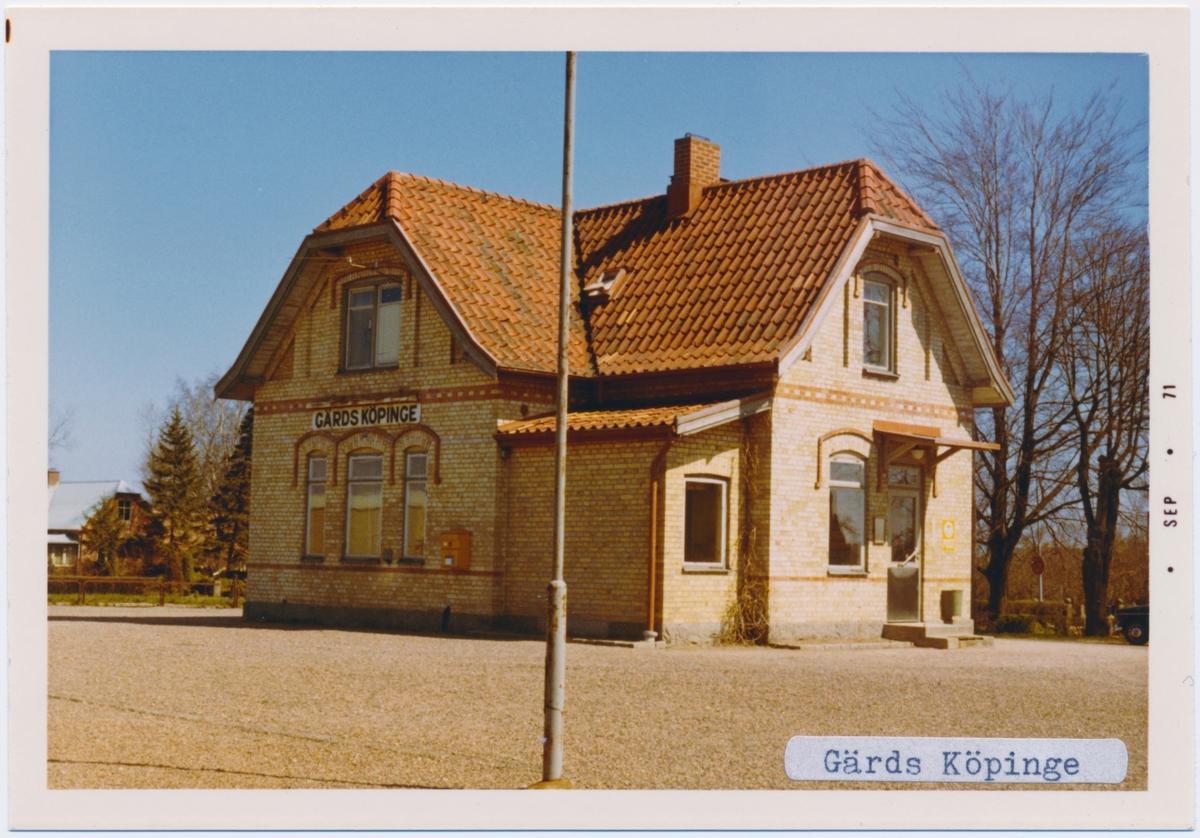 """Stationen byggd 1901.En banvaktsstuga finns norr om stationen. """"1901-. Stationen övertog namnet efter den tidigare stationen vid linjen Everöd - Åhus som i stället fick namnet Mjö."""" enligt banvakt .se"""