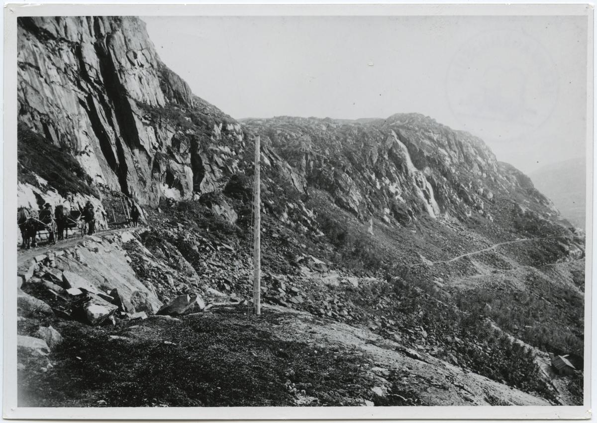 Transportvägen, materialvägen, rallarvägen genom Norddalen i Norge. Nere till höger kan man ana den blivande terraseringen för Ofotenbanan.