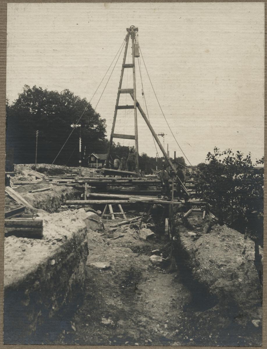 Dubbelspårsbanbyggnad Göteborg - Alingsås. Schaktning och pålning vid grundförstärkning i östra änden av Floda bangård, April 1916.