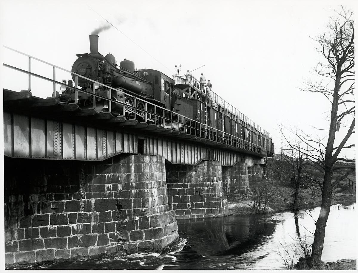 Montagetåg på linjen mellan Stockholm - Göteborg, västra Stambanan. Statens Järnvägar, SJ Ta 783.