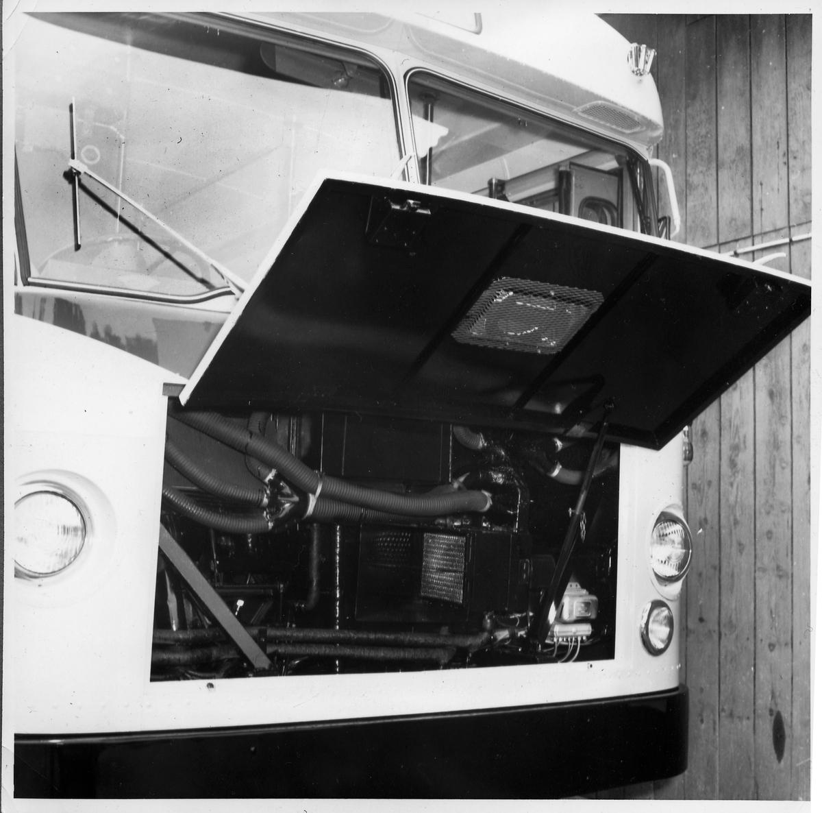 Buss sedd snett framifrån med lucka öppen. Statens Järnvägar, SJ buss 2726.