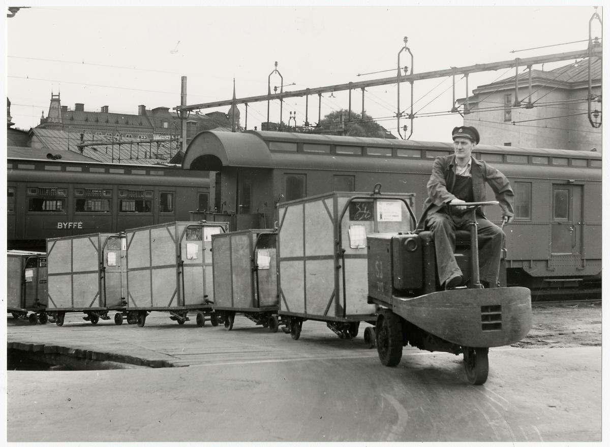 Trucktransport med småbehållare vid Stockholm Central.