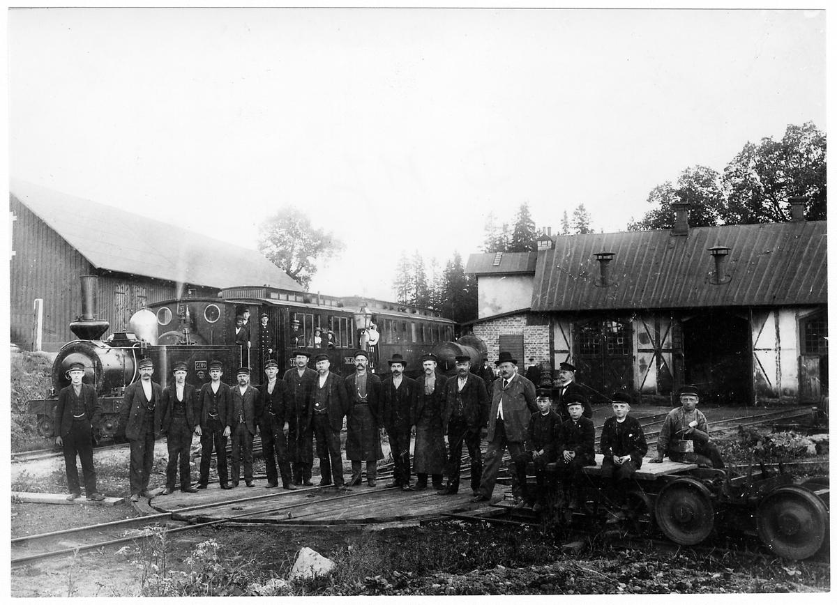 """Personal och Dannemora - Harg Järnväg, DHJ lok 2 """"Gimo"""" utanför verkstaden i Dannemora."""
