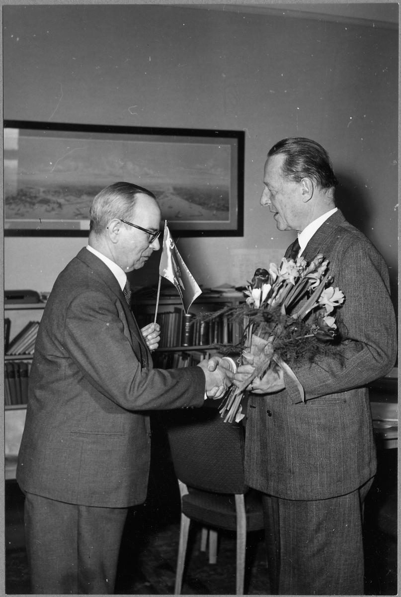 Expeditionsföreståndare Claes Erik August Winell avtackas med blommor och standar. Statens Järnvägar, SJ.