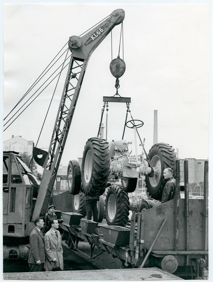 Transport av traktor I Eskilstuna.