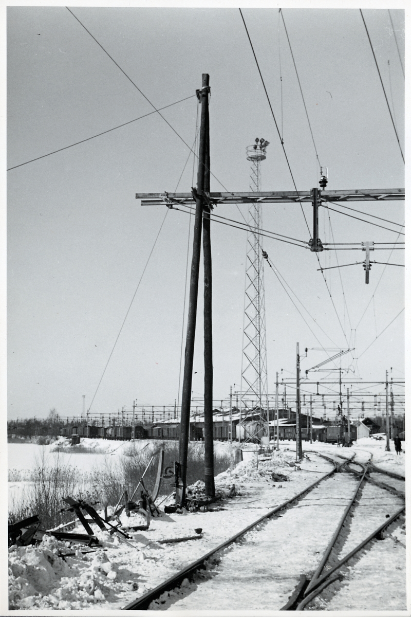 Nässjö godsbangård. En provisorisk ledningsstolpe av trästolpar håller upp ledningsbryggan.