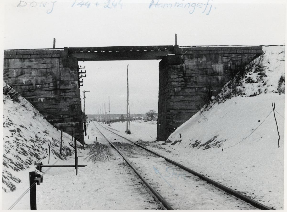 På bron går Dala - Ockelbo - Norrsundets Järnväg under bron går Ostkustbanan.