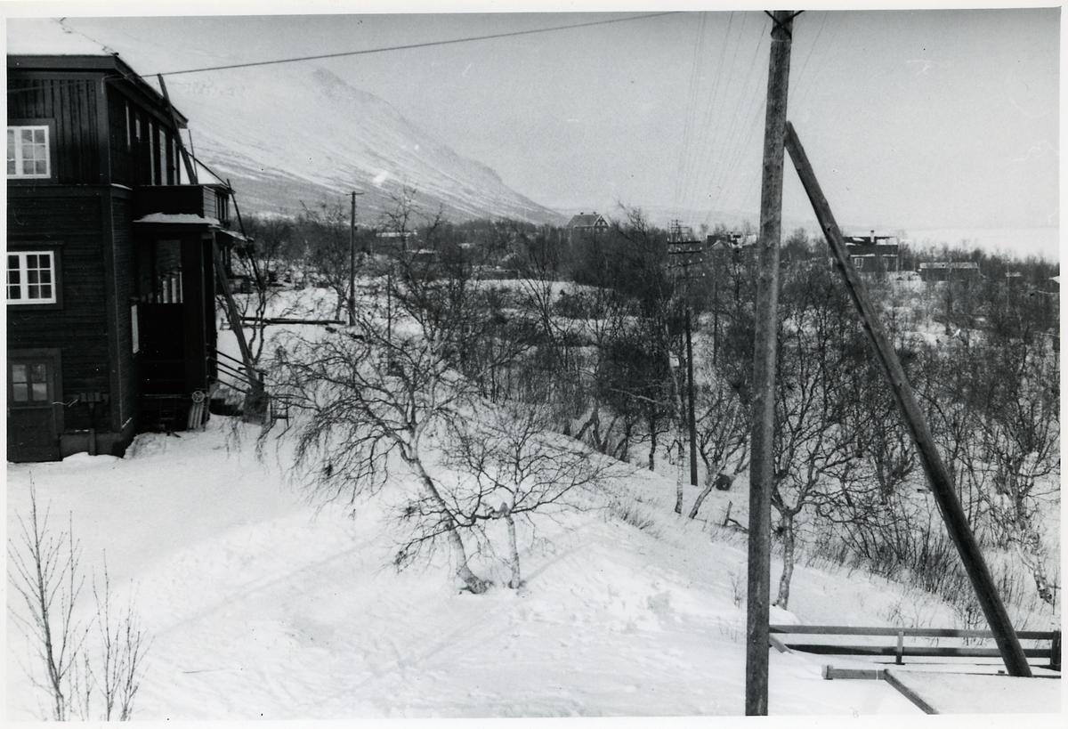 Vy över Abisko med gamla skolan till vänster.