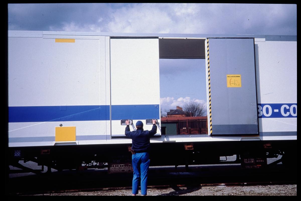 Statens Järnvägar, SJ jumbocontainer, lastad på SJ Lgjs 42-74-440 4 635-8.
