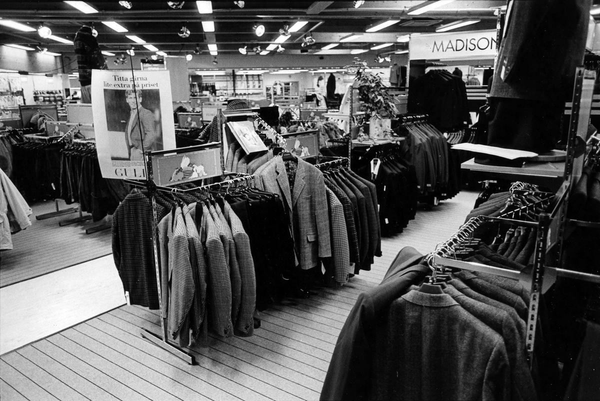 Kavajer på Gulins herravdelning, kvarter Hjorten 19. I november 1990 flyttade butiken tillsammans med Lindex in i Epas gamla varuhus i kvarter Storken 12.