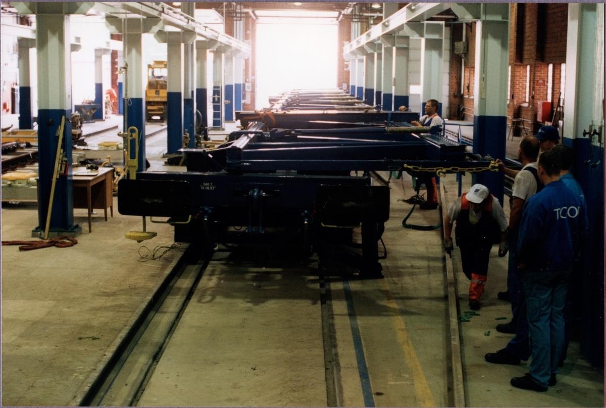 Transportvagn för växlar med littera Sklps förbereds för lastning av växel i fabrikslokalen vid Cogifer, Örebro, där växlarna tillverkas.