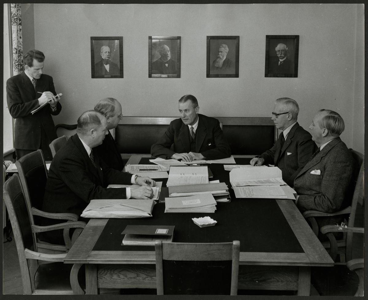 Trafikchef Lars Granfeldt i möte med Trafikaktiebolaget Grängesberg - Oxelösunds Järnvägar, TGOJ ledningsgrupp. Från vänster: Gunnar Bergström, Sture Nortorp, Bo Ytterberg, Lars Granfeldt, Sven Lagergren och Åke Karlström.
